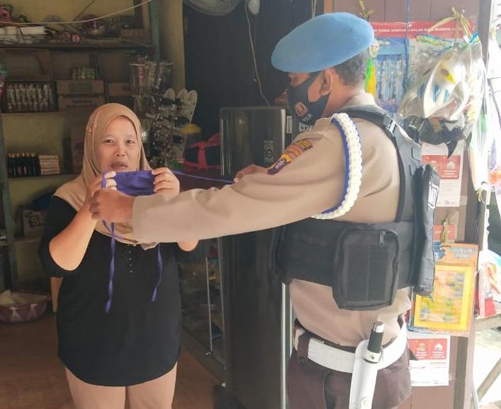 Polsek Seruyan Hulu Bagikan Masker Dan Ajak Warga Taati Protokol Kesehatan
