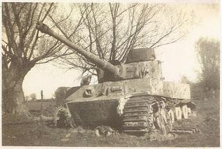Char allemand abandonné dans des champs près de la ferme de la Heunière à Boisemont