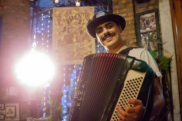 Sanfoneiro com repertorio de musicas ciganas e circenses para casamento inspirado no circo