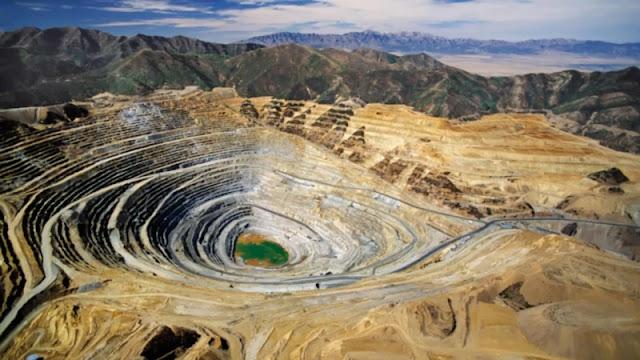 Los minerales son sustancias naturales, de composición química definida, normalmente sólido e inorgánico, y que tiene una cierta estructura cristalina. Por otra parte, las rocas son agregados de minerales y no minerales que no poseen una composición química y estructura específica.