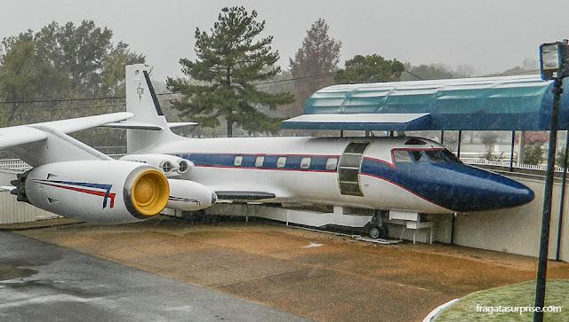 Hound Dog II, um dos aviões de Elvis expostos em Graceland