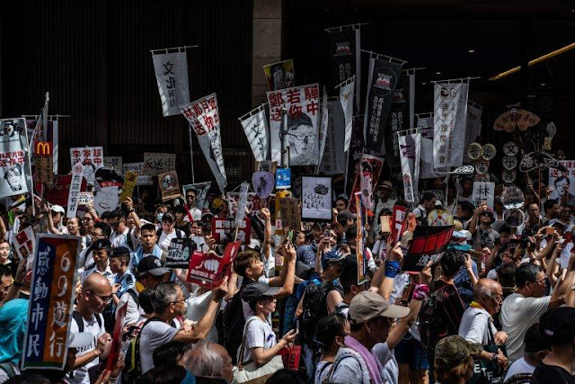 """Với hàng ngàn binh lính và hàng trăm xe quân sự tập trung tại Thâm Quyến như một đe dọa trực tiếp sẵn sàng tràn qua Hong Kong, """"chế độ lưu manh"""" Bắc Kinh (từ của phát ngôn viên Bộ Ngoại giao Hoa Kỳ Morgan Ortagus trong buổi họp báo ngày 8-8-2019) sẽ cho Hong Kong tắm máu?"""