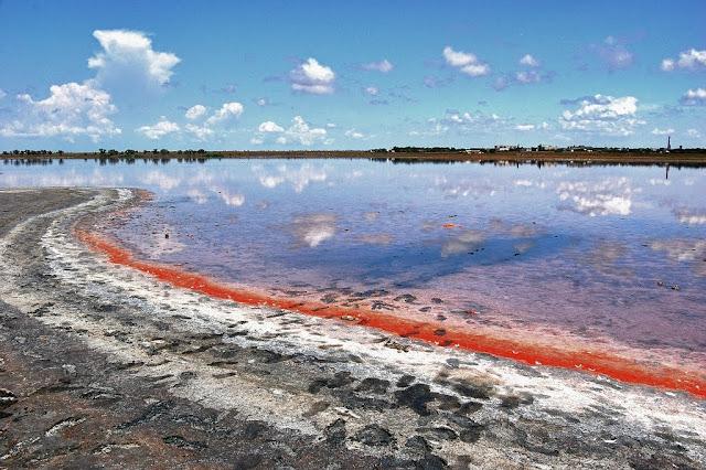 Соленое озеро с лечебной грязью в Крыму