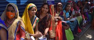 चालान जमा करने के लिए स्टेट बैंक में उमड़ी भीड़ | #NayaSaberaNetwork