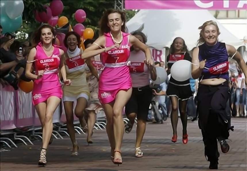 Γυναίκες τρέχουν σε αγώνα στο Παρίσι με γόβες στιλέτο ...