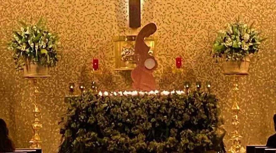 Pachamama como custodia de la Eucaristía 01, sobre el altar de la parroquia San Juan Macías, Guadalajara.jpg