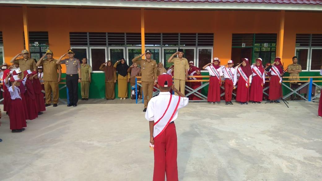 Giat Rutin Senin, Camat dan Forkopimcam Upacara Bendera di SDN 176 Majelis Hidayah