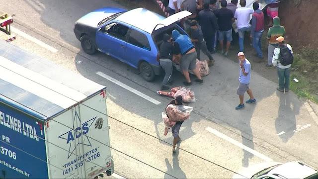 Caminhão é saqueado após tombar em rodovia em SP