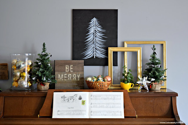 Black, white and gold Christmas decorations for a simple cozy farmhouse holiday tour