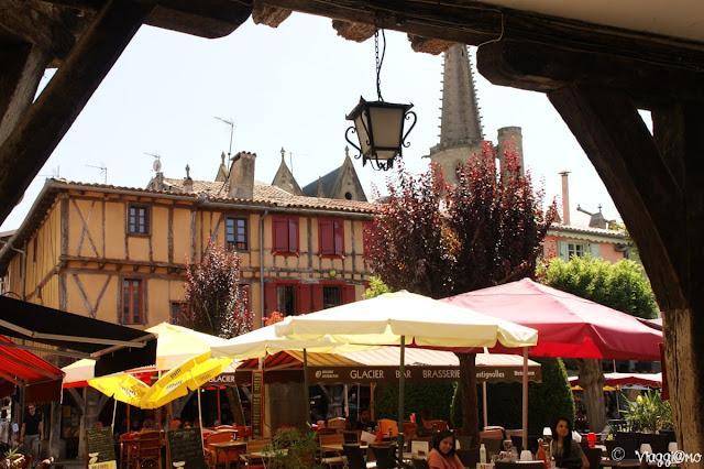 La Piazza principale di Mirepoix con le case a graticcio e i portici in legno