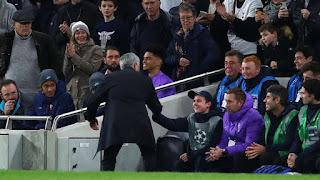 Mourinho-tặng-quà-cậu-bé-nhặt-bóng