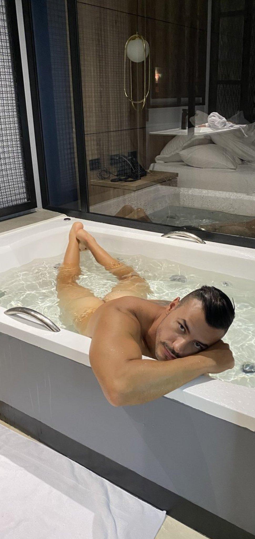 tian desnudo en la ducha