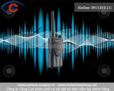 Bộ đàm cầm tay là thiết bị để truyền tín hiệu 2 chiều, giúp mọi người có thể liên lạc với nhau mà không cần mạng điện thoại di động. Chỉ cần 2 chiếc bộ đàm có cùng tần số là có thể dễ dàng liên lạc cùng nhau. Nếu không cài đặt tần số chung thì việc liên lạc với nhau là điều không thể.