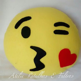 almofada emoji em feltro