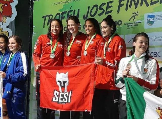 Pódio da vitória no revezamento 4x100m livre (Foto: Divulgação / EtieneMedeiros.com)