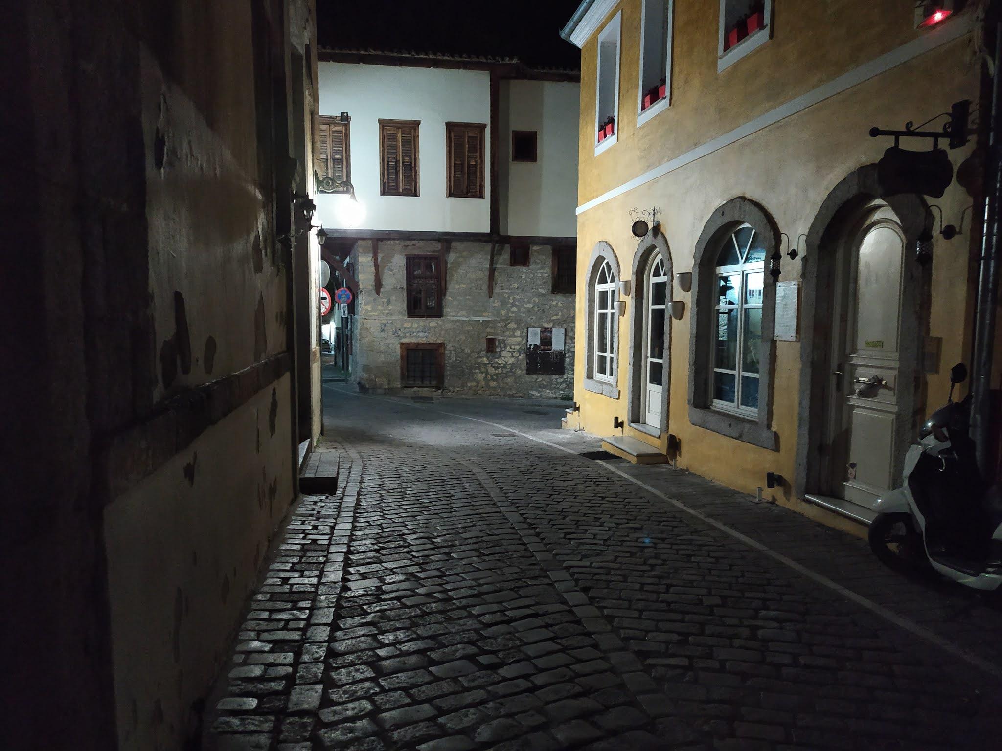 Νέκρωσε η Παλιά Πόλη - Κλειστά καφέ και άδειοι δρόμοι