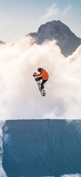 خلفية شخص يؤدي رياضة التزلج على الثلج