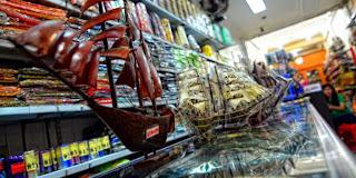 Toko penjual oleh-oleh miniatur perahu phinisi