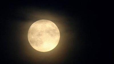"""""""يحدث كل سنتين ونصف"""".. اكتمال قمر رمضان ووصوله لمرحلة البدر اليوم بسماء المنطقة العربية"""