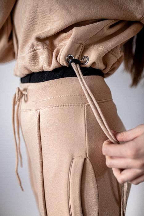 beżowe dresy ze ściągaczem