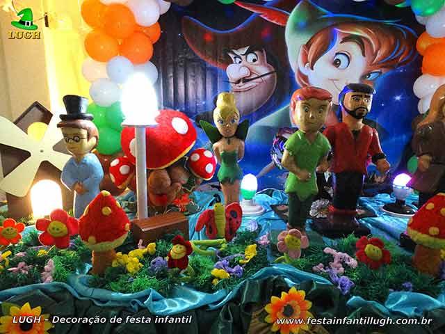 Mesa de tema Peter Pan decorada para festa aniversário infantil