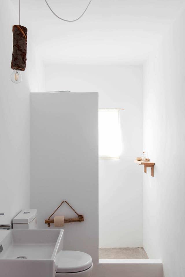 Cuarto de baño con estilo rústico, natural y minimalista en un hotel agriturismo en Portugal