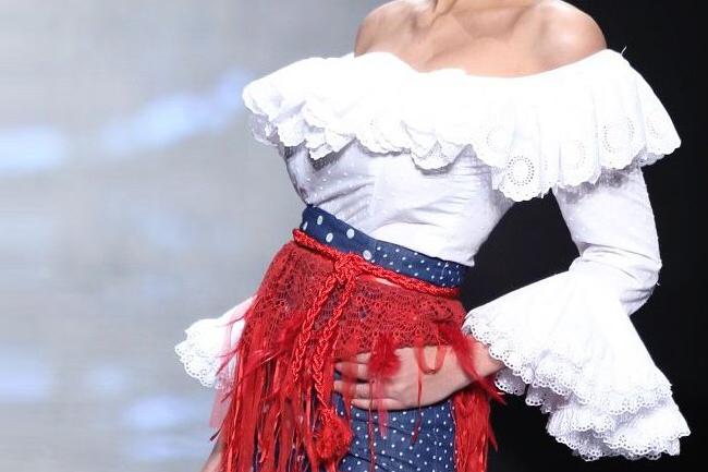 Camisa flamenca con volante en escote