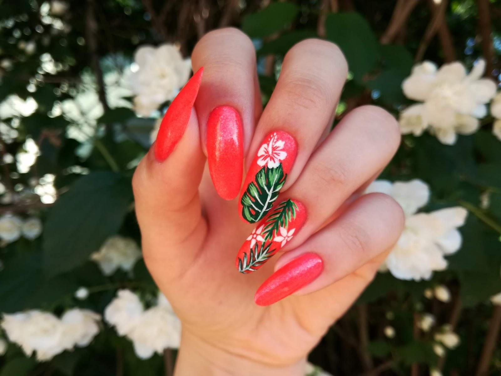 kwiaty hawajskie na paznokciach
