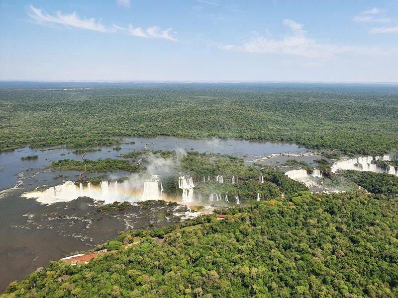 Os dois lados das Cataratas do Iguaçu