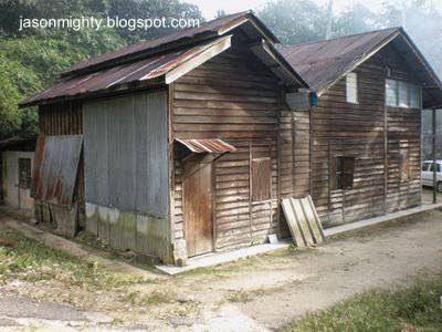 Casa rural y galpón de madera vieja
