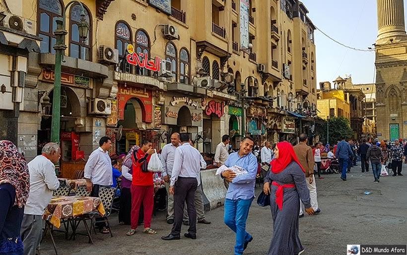 Egípcios nas ruas do Bazar Khan-el-Khalili no Cairo Velho - Egito
