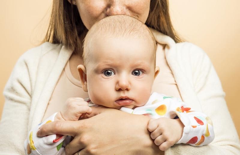 Bebeği kucağa almadan güvende olduğunu nasıl hissettirebilirsiniz?
