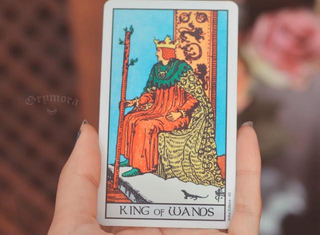 Saiba o significado da Carta Rei de Paus no Tarot do amor, dinheiro e trabalho, na saúde, como obstáculo ou invertida e como conselho.