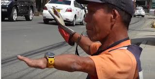 شاهد الفيديو شرطي مرور بدون أرجل ينظم حركة السيارات