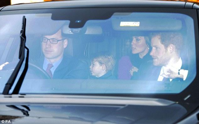 Książęca rodzina i książe Harry w drodze na Przedświąteczny obiad u Królowej Elżbiety II w Pałacu Buckingham (AKTUALIZACJA - NOWE ZDJĘCIe CHARLOTTE)