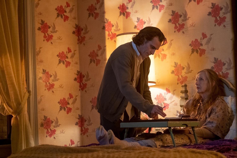 JOKER - Joaquin Phoenix y  Frances Conroy