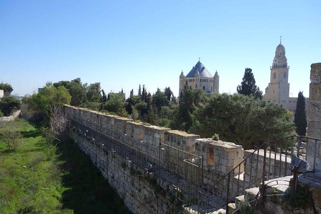 La marche des remparts de Jérusalem entre la Porte de Jaffa et la Porte de Sion