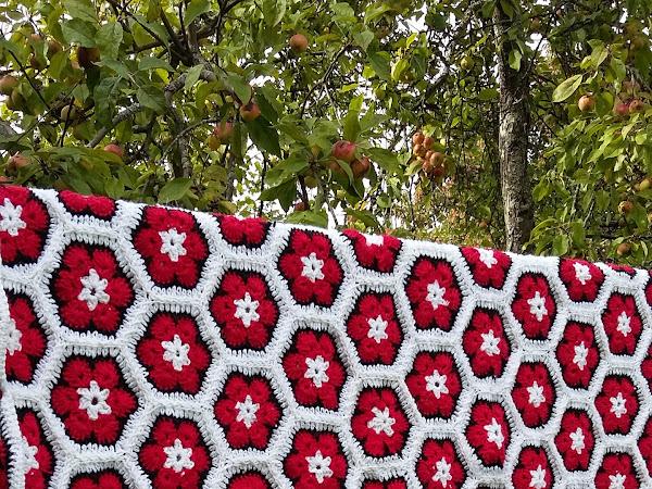 Afrikankukkapeitto - African flower hexagon blanket