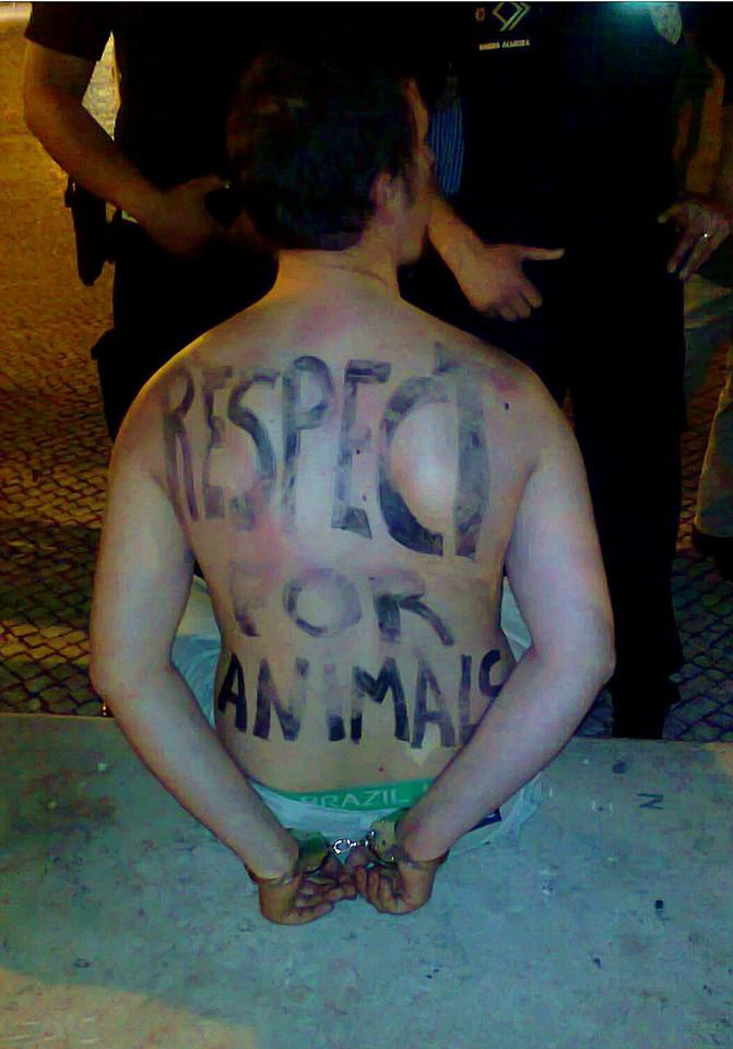 Ativista com nódoas negras depois de ser agredido