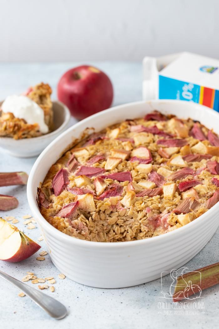Pieczona owsianka z jabłkami i rabarbarem