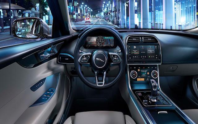 Jaguar XF nổi bật với buồng lái XF300 SPORT thiết kế tỉ mỉ từng chi tiết