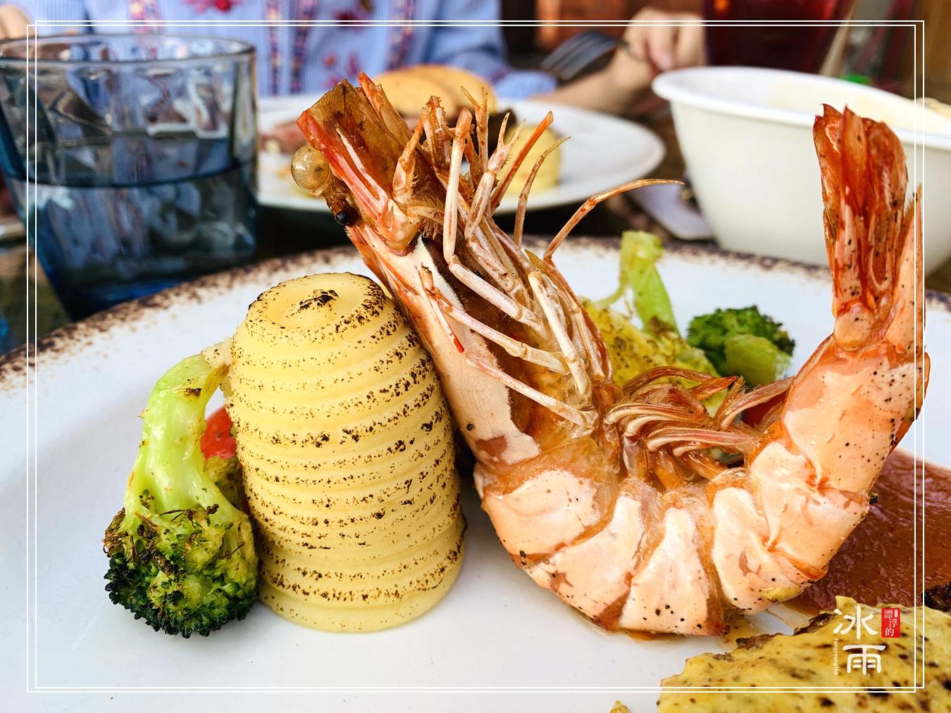 淡水老街上的峇里島風料理餐廳,位在觀音山正對面,風景的角度極佳。