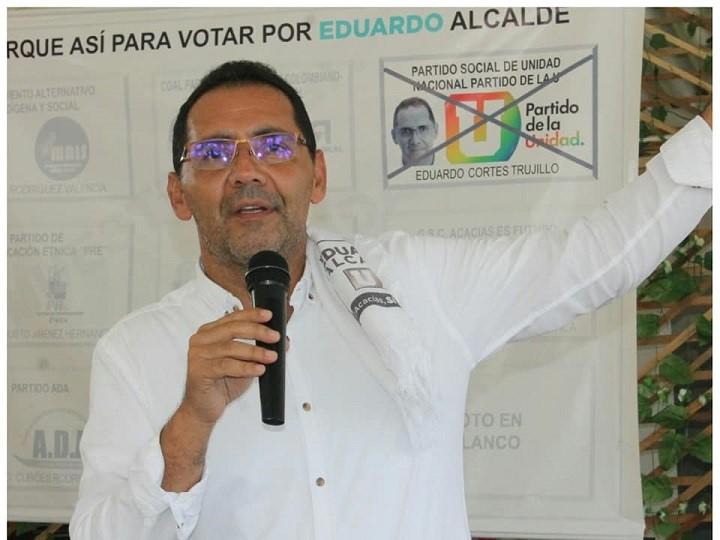 El demandante argumenta en su demanda que Cortés Trujillo supuestamnete repartió dinero para comprar votos y así haber ganado las elecciones