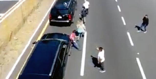 """VIDEO.- Ábranla que llevo bala """"Convoy de Suburan"""" que llevaba al Presidente avienta a hombre"""