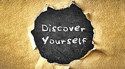"""Descobrir-se autista, um dos mais formidáveis frutos do processo de autodescoberta. Descrição da imagem #PraCegoVer: Um papelão áspero rasgado com um buraco no centro, revelando uma superfície escura com riscos escrita com a frase """"Discover yourself"""", que em inglês significa """"Descubra-se"""" ou """"Descubra a si mesmo"""". Fim da descrição."""