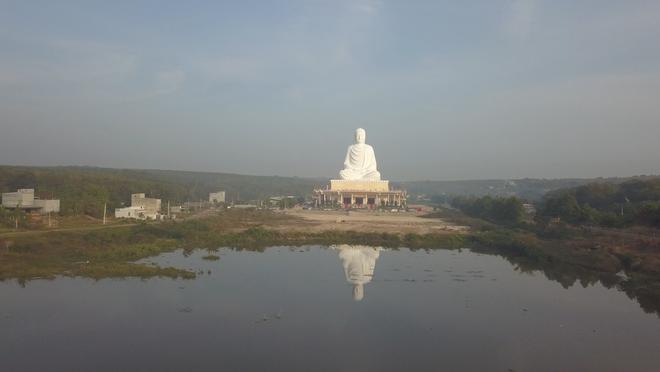 Tượng Phật Thích Ca chùa Phật Quốc Vạn Thành soi bóng  xuống mặt hồ Chà Là