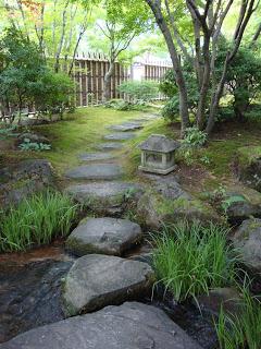 la pietre che tracciano il sentiero all'interno del giardino