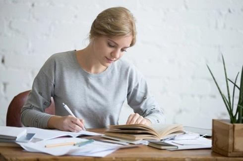 mulher jovem estudando inglês em casa