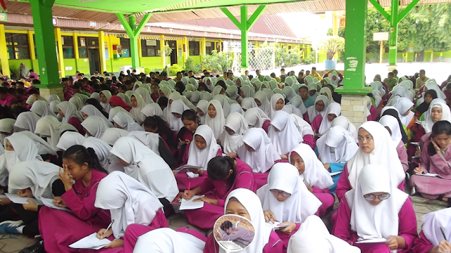 Kak Agus DS Mengajak Siswa SMA Negeri 7 Pekanbaru Keliling Dunia dengan Selembar Kertas