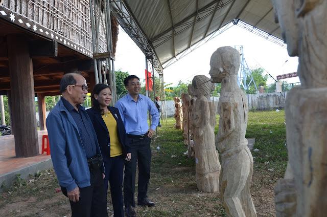 Lãnh đạo tỉnh tham quan sản phẩm của nghệ nhân tại Liên hoan tạc tượng gỗ dân gian trong khuôn khổ Tuần Văn hóa – Du lịch tỉnh Kon Tum lần thứ 4 năm 2018.
